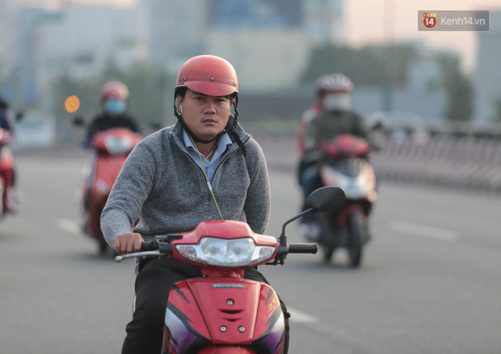 Lần đầu trong năm không khí giảm còn 19 độ, người Sài Gòn mặc áo ấm và quàng khăn vì lạnh - Ảnh 6.