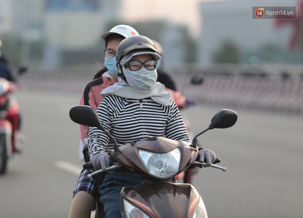 Lần đầu trong năm không khí giảm còn 19 độ, người Sài Gòn mặc áo ấm và quàng khăn vì lạnh - Ảnh 12.