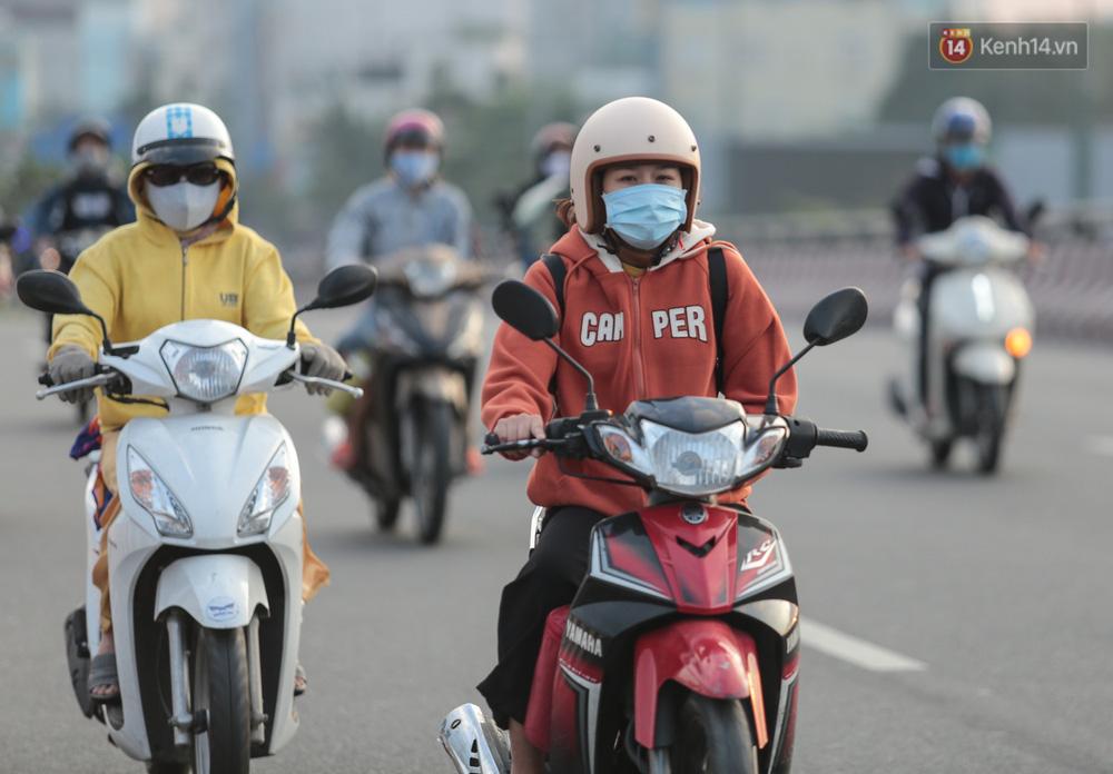 Lần đầu trong năm không khí giảm còn 19 độ, người Sài Gòn mặc áo ấm và quàng khăn vì lạnh - Ảnh 7.
