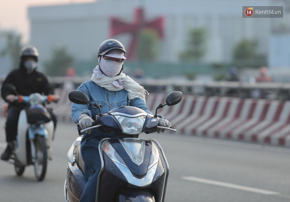 Lần đầu trong năm không khí giảm còn 19 độ, người Sài Gòn mặc áo ấm và quàng khăn vì lạnh - Ảnh 5.