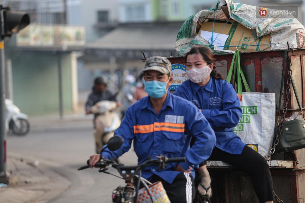 Lần đầu trong năm không khí giảm còn 19 độ, người Sài Gòn mặc áo ấm và quàng khăn vì lạnh - Ảnh 10.