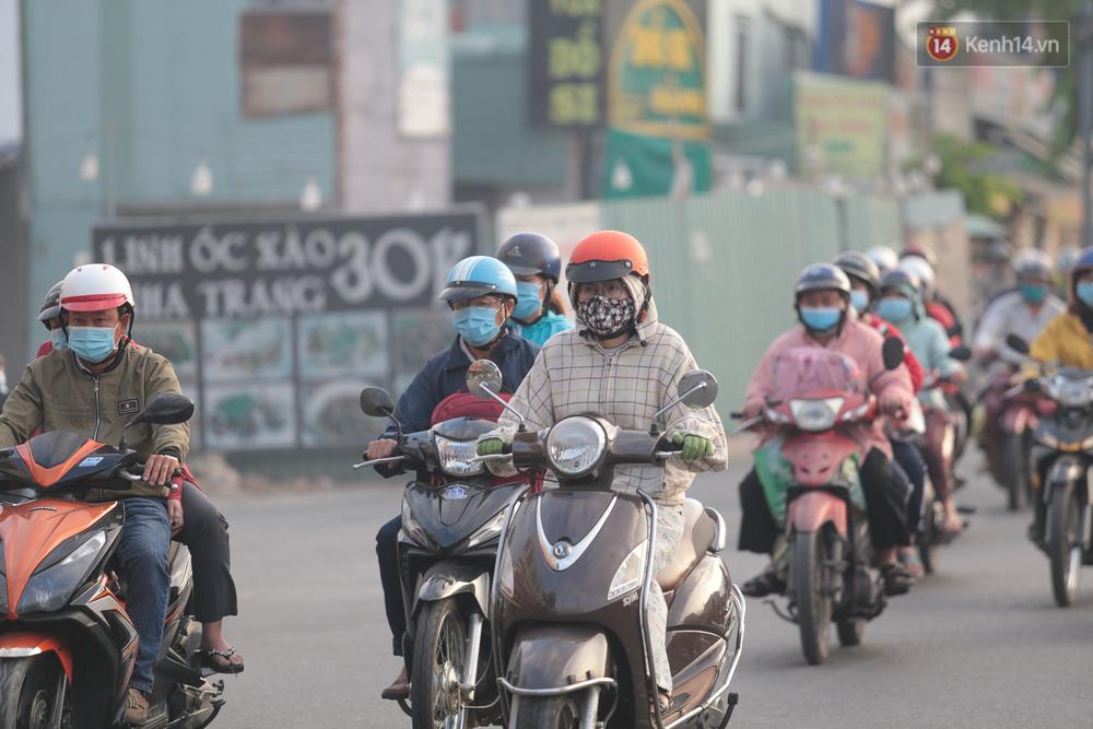 Lần đầu trong năm không khí giảm còn 19 độ, người Sài Gòn mặc áo ấm và quàng khăn vì lạnh - Ảnh 1.