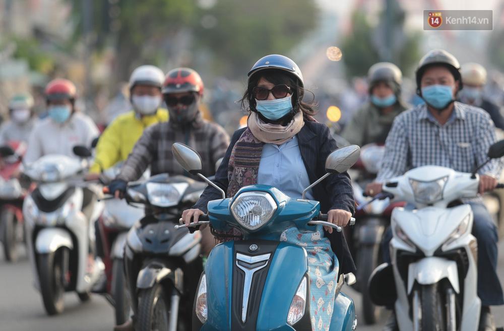 Lần đầu trong năm không khí giảm còn 19 độ, người Sài Gòn mặc áo ấm và quàng khăn vì lạnh - Ảnh 4.