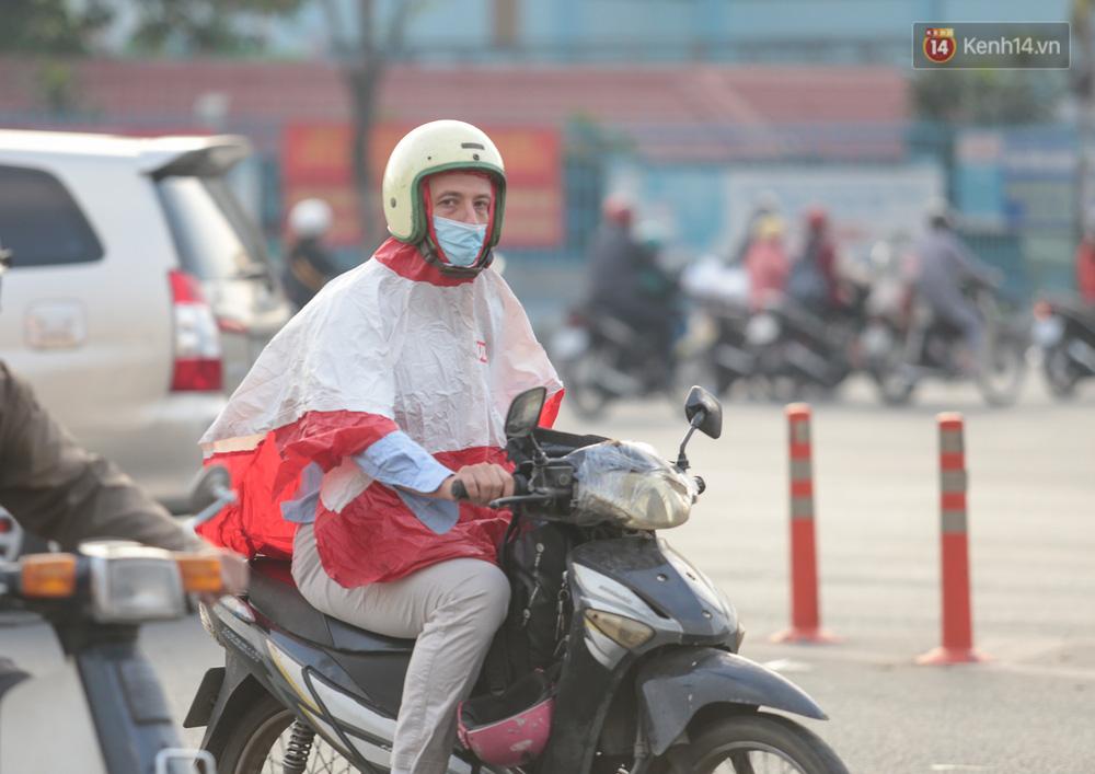 Lần đầu trong năm không khí giảm còn 19 độ, người Sài Gòn mặc áo ấm và quàng khăn vì lạnh - Ảnh 13.