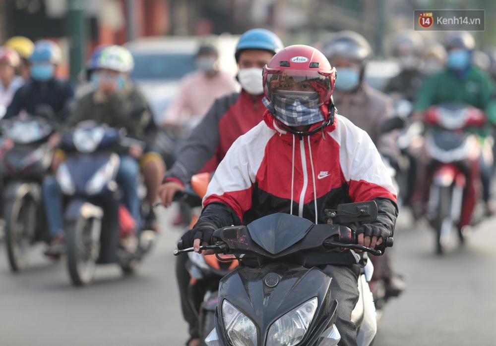 Lần đầu trong năm không khí giảm còn 19 độ, người Sài Gòn mặc áo ấm và quàng khăn vì lạnh - Ảnh 11.