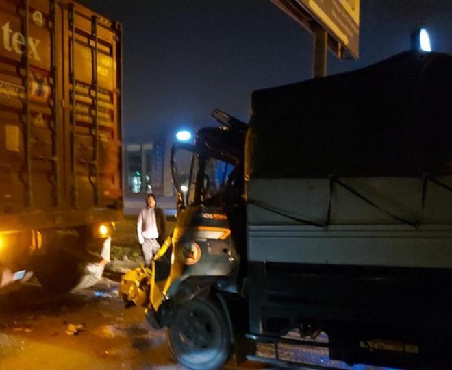 Đâm vào xe container đỗ bên đường, tài xế xe tải tử vong - Ảnh 1.