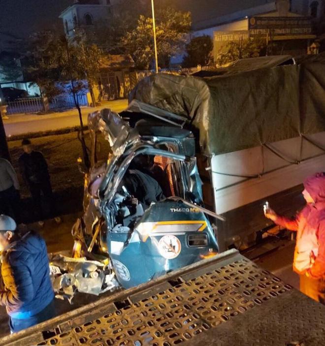 Đâm vào xe container đỗ bên đường, tài xế xe tải tử vong - Ảnh 2.