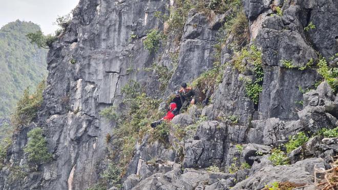 Nam thanh niên rơi từ mỏm đá tử thần ở đèo Mã Pì Lèng xuống khe đá: May mắn túm được vào bụi cây - Ảnh 1.