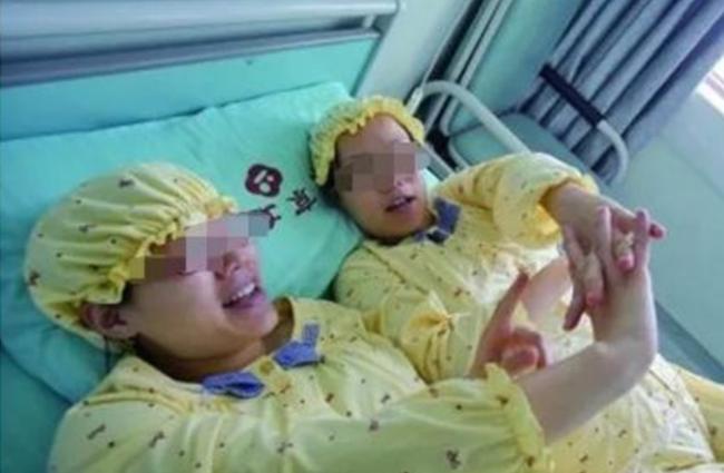 Hai chị em sinh đôi mang thai cùng lúc, sinh cùng ngày, hai đứa con giống nhau một cách kỳ lạ, xét nghiệm ADN mới phát hiện sự thật khó tin - Ảnh 1.