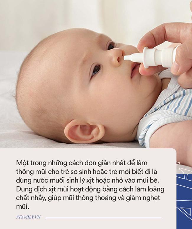 Từ vụ bé 2,5 tháng tuổi ngưng thở khi đang rửa mũi bằng xi lanh: Đây là những cách tự nhiên trị nghẹt mũi cho trẻ sơ sinh - Ảnh 1.