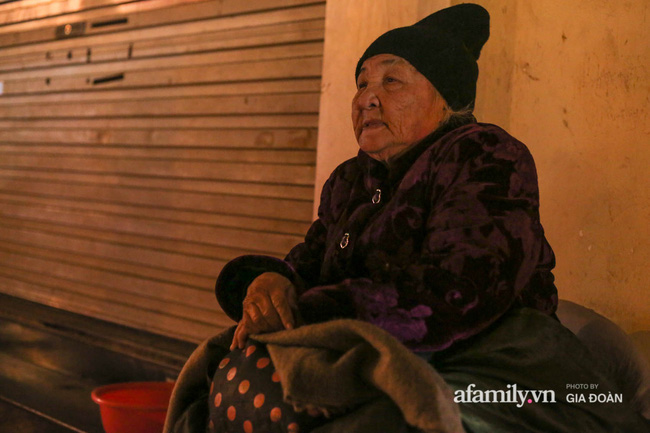 Bà lão gần 50 năm ăn ngủ ngoài vỉa hè mặc kệ gió mưa, rét buốt với ước mơ có nơi để về, chết có người chôn cất - Ảnh 2.