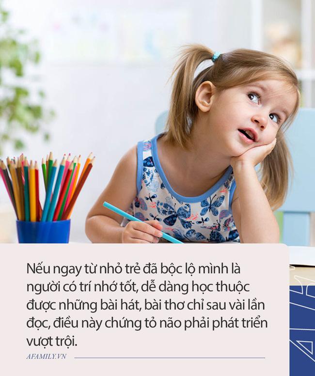 """Trẻ có não phải phát triển sẽ có 3 biểu hiện này, cha mẹ biết sớm để rèn luyện con mình sớm thành """"cao thủ"""" - Ảnh 1."""