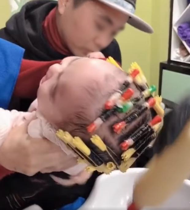 Cộng đồng mạng phẫn nộ xem clip bé gái 1 tuổi bị bế đi làm tóc xoăn, kẹp ống thít chặt tóc và đổ hóa chất đầy đầu - Ảnh 3.