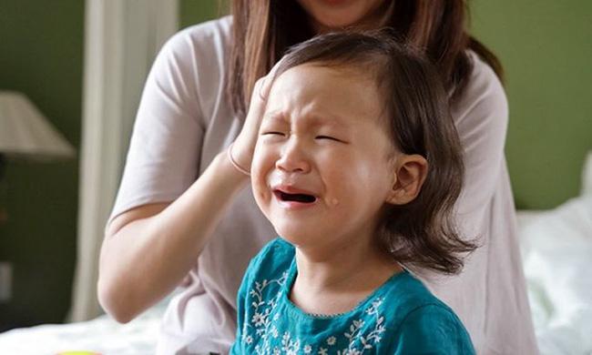 """Đây là lý do vì sao con bạn thực sự không thể """"bình tĩnh"""" khi đang mè nheo, ăn vạ và cách giải quyết gọn nhẹ mà không cần la mắng - Ảnh 2."""