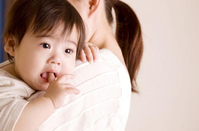 Con dù biết đi vẫn đòi bế khiến nhiều bậc cha mẹ đau đầu: Sau khi đọc xong bài viết này chắc chắn bạn sẽ hối hận và bế ẵm con nhiều hơn! - Ảnh 1.