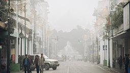 """Hà Nội 11 độ C, sương mù giăng kín lối khiến cả thành phố như đang """"chơi trốn tìm"""""""
