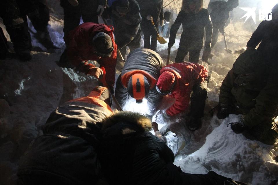 Gia đình 4 người đi du lịch thì gặp lở tuyết giữa đêm, con trai 14 tuổi là người duy nhất sống sót nhờ vào món đồ quen thuộc - Ảnh 2.