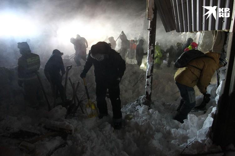 Gia đình 4 người đi du lịch thì gặp lở tuyết giữa đêm, con trai 14 tuổi là người duy nhất sống sót nhờ vào món đồ quen thuộc - Ảnh 3.
