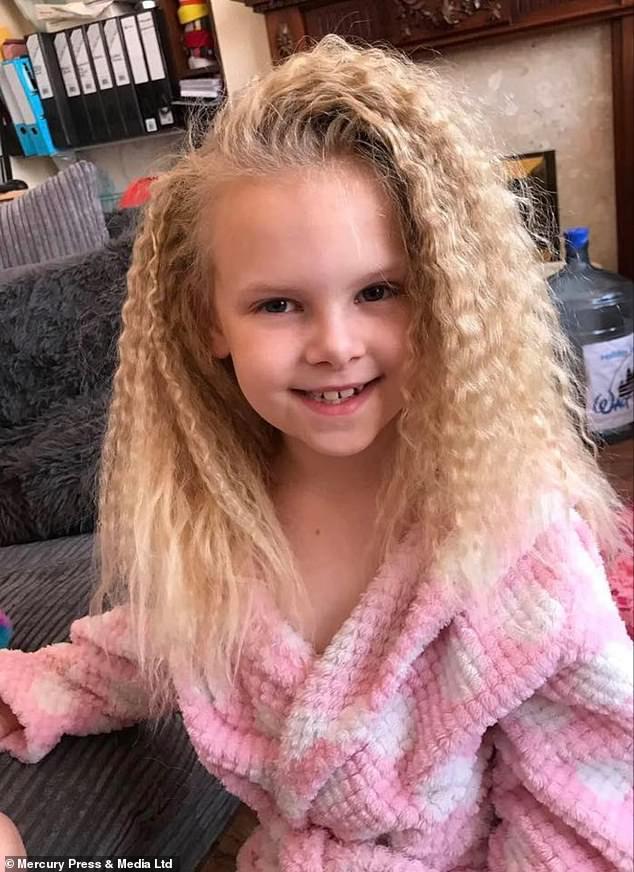 Bé gái người Anh sở hữu mái tóc giống hệt thiên tài Vật lý Einstein do mắc phải hội chứng hiếm gặp - Ảnh 8.