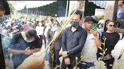 Lễ an táng ca sĩ Vân Quang Long tại Đồng Tháp: Con gái lớn ôm tro cốt, vợ cũ để tang, Linh Lan khóc nghẹn ôm con gái