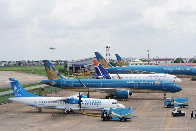 Thời tiết xấu, hàng loạt chuyến bay đến Nội Bài bị thay đổi - Ảnh 1.