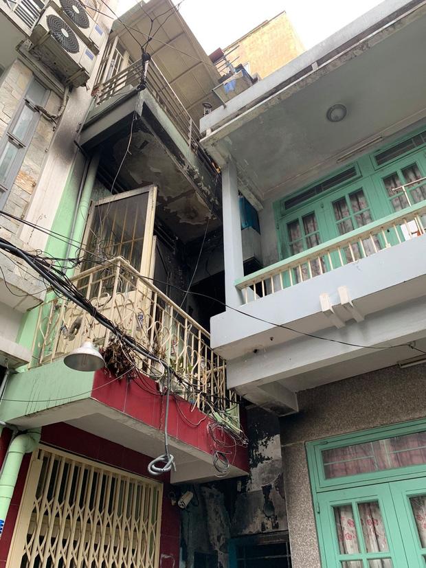 TP.HCM: Nhà trong hẻm cháy dữ dội lúc nửa đêm, 7 người kêu cứu  - Ảnh 1.