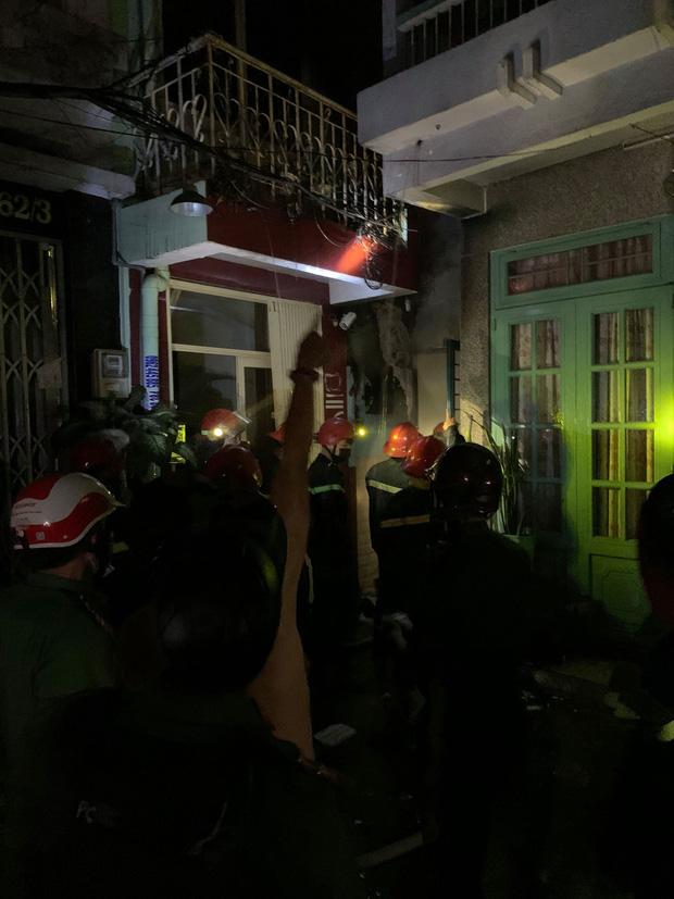 TP.HCM: Nhà trong hẻm cháy dữ dội lúc nửa đêm, 7 người kêu cứu  - Ảnh 2.