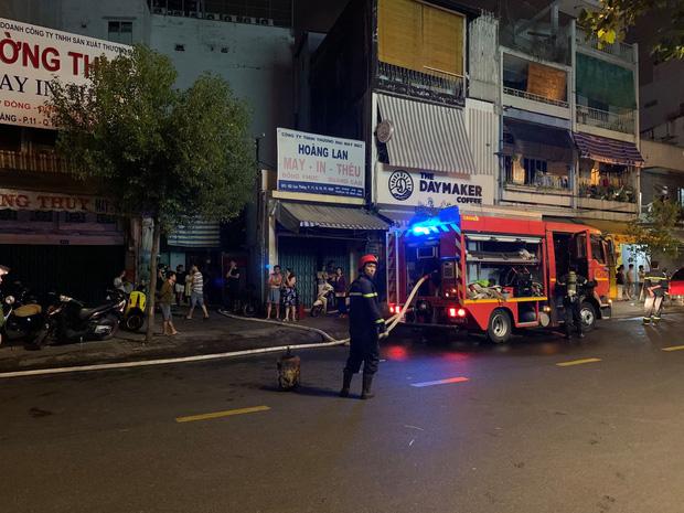 TP.HCM: Nhà trong hẻm cháy dữ dội lúc nửa đêm, 7 người kêu cứu  - Ảnh 3.
