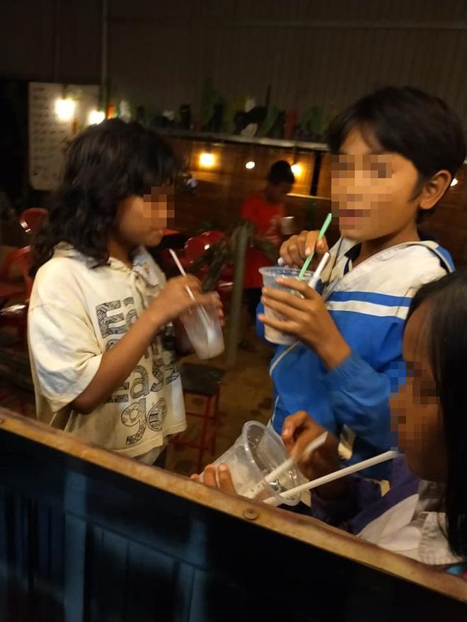 10 đứa trẻ dân tộc bẽn lẽn vào mua 3 ly trà sữa, chủ quán thở dài, mở tủ làm điều bất ngờ - Ảnh 2.