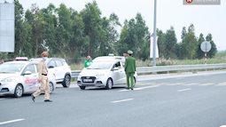 Ảnh: Người dân vạ vật trên cao tốc Hải Phòng - Quảng Ninh vì diễn biến bất ngờ của dịch COVID-19