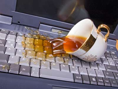 Mẹo hay cấp cứu laptop khi bị ướt - Ảnh 1.