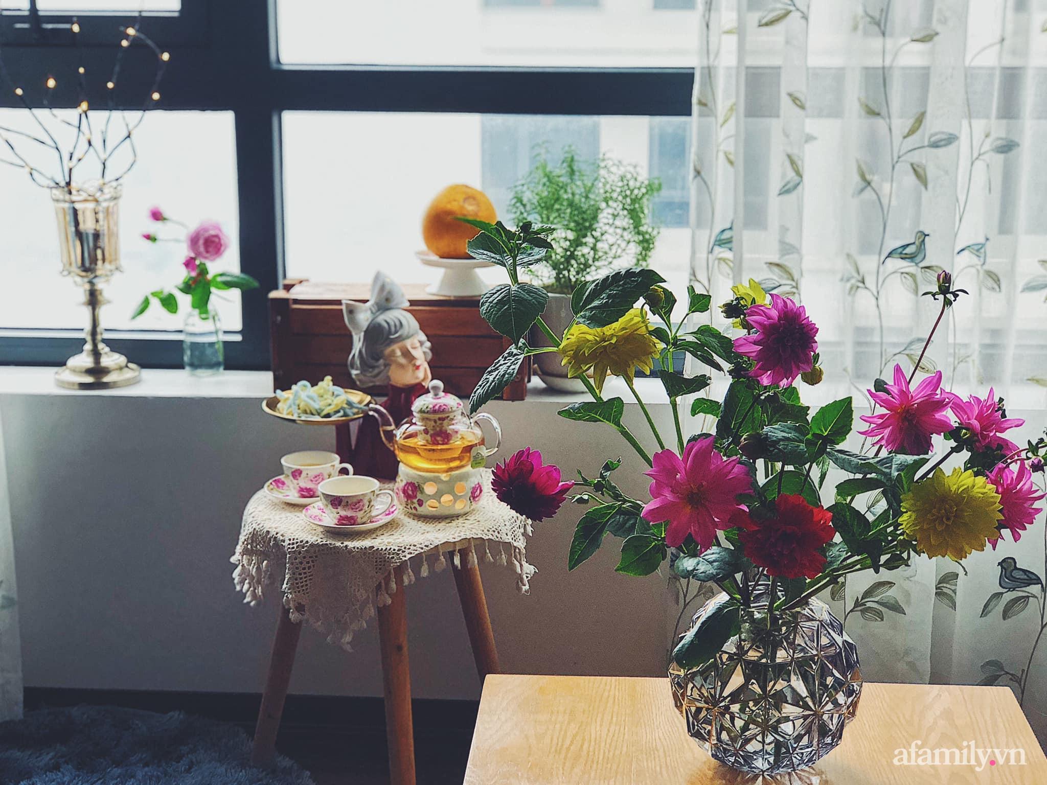 Mẻ đảm Hà Nội khéo mang Tết vào tổ ấm đẹp duyên dáng với gốm và hoa - Ảnh 6.