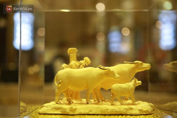 Ảnh: Gần nửa đêm, người dân Hà Nội vẫn đổ xô đi mua vàng ngày Vía Thần Tài - Ảnh 14.