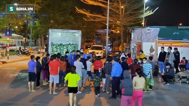 Cuộc giải cứu nông sản Hải Dương lúc nửa đêm tại Hà Nội, nhiều người mua cả tạ hàng - Ảnh 1.