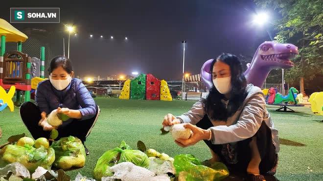 Cuộc giải cứu nông sản Hải Dương lúc nửa đêm tại Hà Nội, nhiều người mua cả tạ hàng - Ảnh 6.