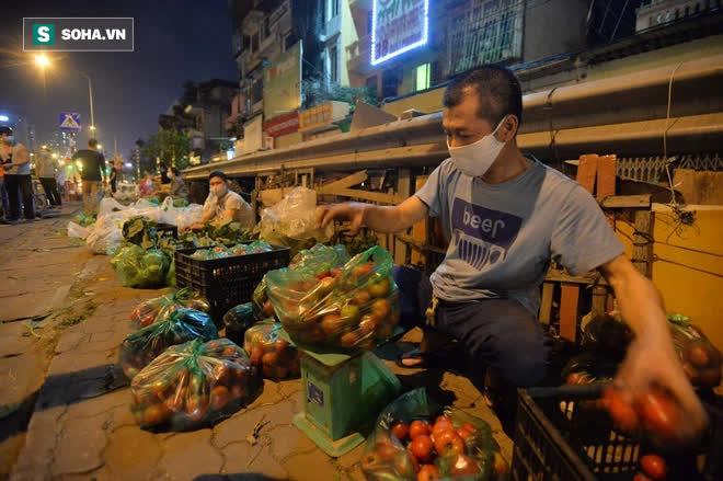 Cuộc giải cứu nông sản Hải Dương lúc nửa đêm tại Hà Nội, nhiều người mua cả tạ hàng - Ảnh 9.