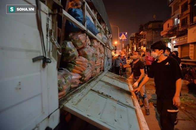 Cuộc giải cứu nông sản Hải Dương lúc nửa đêm tại Hà Nội, nhiều người mua cả tạ hàng - Ảnh 11.