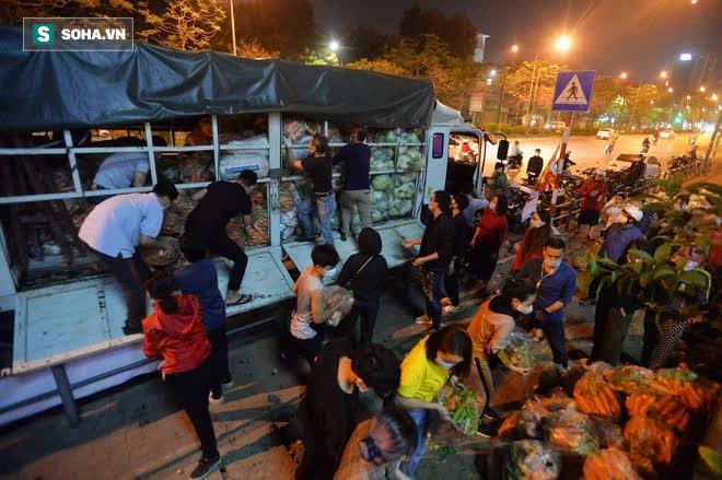 Cuộc giải cứu nông sản Hải Dương lúc nửa đêm tại Hà Nội, nhiều người mua cả tạ hàng - Ảnh 8.