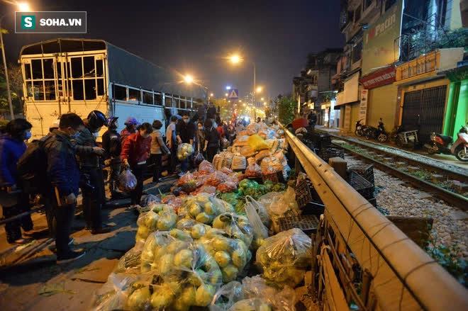 Cuộc giải cứu nông sản Hải Dương lúc nửa đêm tại Hà Nội, nhiều người mua cả tạ hàng - Ảnh 13.