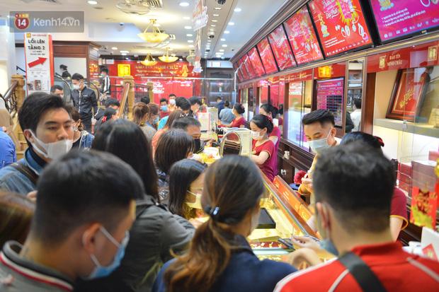 Ảnh: Gần nửa đêm, người dân Hà Nội vẫn đổ xô đi mua vàng ngày Vía Thần Tài - Ảnh 7.