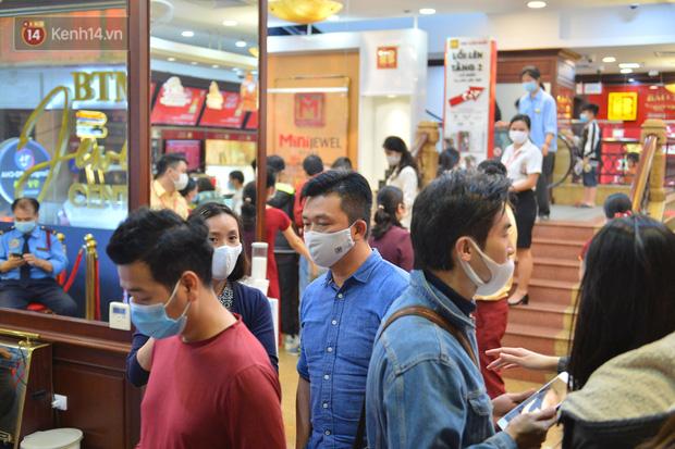 Ảnh: Gần nửa đêm, người dân Hà Nội vẫn đổ xô đi mua vàng ngày Vía Thần Tài - Ảnh 8.