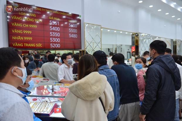 Ảnh: Gần nửa đêm, người dân Hà Nội vẫn đổ xô đi mua vàng ngày Vía Thần Tài - Ảnh 6.