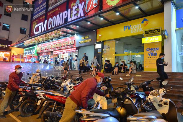 Ảnh: Gần nửa đêm, người dân Hà Nội vẫn đổ xô đi mua vàng ngày Vía Thần Tài - Ảnh 1.