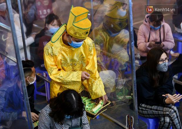 Ảnh: Gần nửa đêm, người dân Hà Nội vẫn đổ xô đi mua vàng ngày Vía Thần Tài - Ảnh 4.