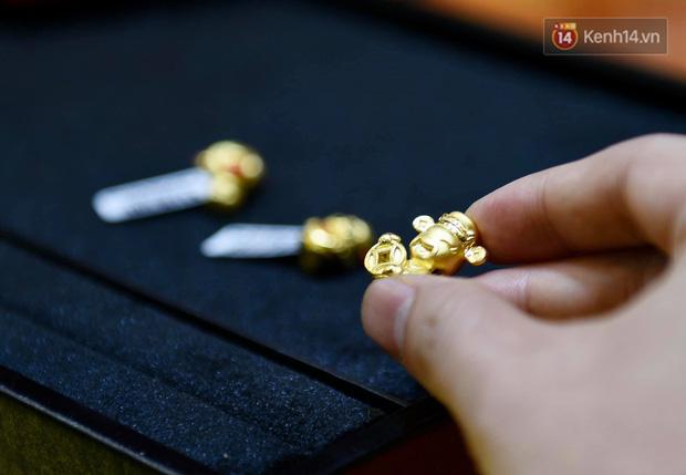 Ảnh: Gần nửa đêm, người dân Hà Nội vẫn đổ xô đi mua vàng ngày Vía Thần Tài - Ảnh 5.