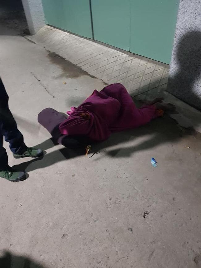 Công an tá hỏa phát hiện một người trùm chăn kín mít, nằm bất động ở giữa đường, lại gần thì được nghe câu chuyện bất ngờ