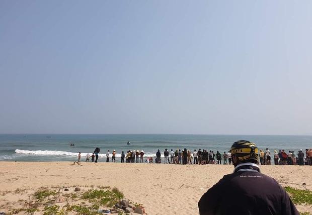 Nhóm học sinh đuối nước khi tắm biển, thanh niên 20 tuổi lao ra cứu sống được 3 người - Ảnh 1.