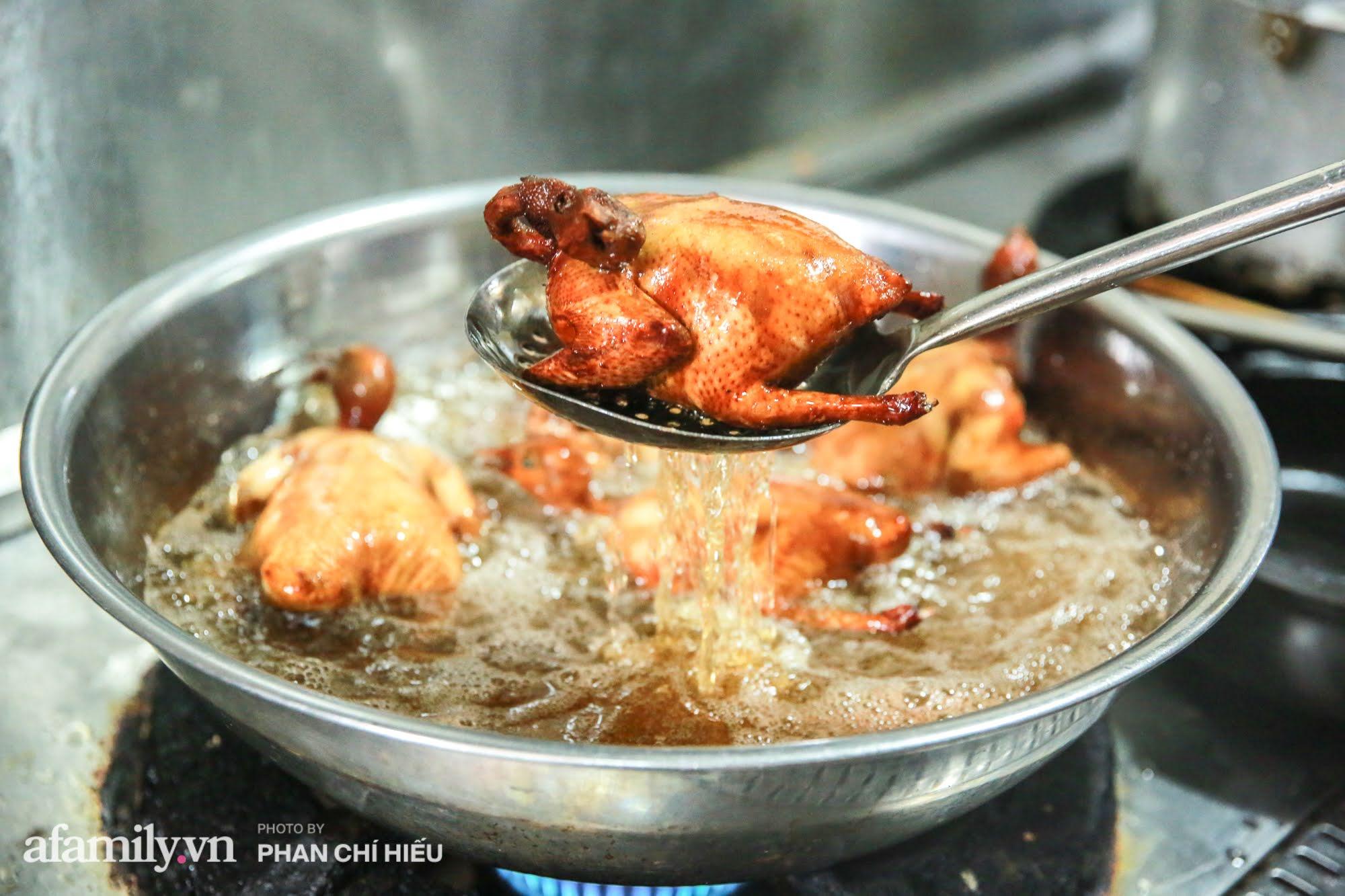 Món chim quay mỗi mùa Tết đều xuất đi hàng nghìn con của nghệ nhân ẩm thực nức tiếng phố cổ Hà Nội, bí quyết gói gọn trong cách chọn chim và làm sạch chứ không phải khâu tẩm ướp gia vị - Ảnh 12.
