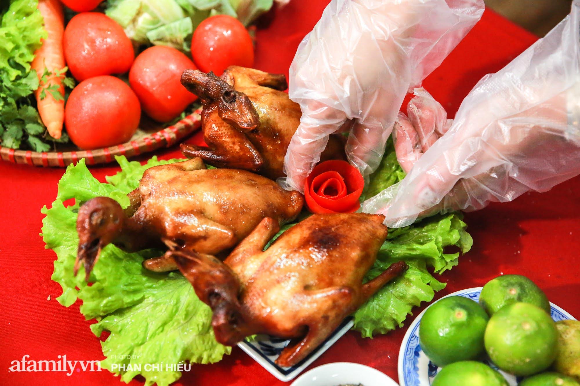 Món chim quay mỗi mùa Tết đều xuất đi hàng nghìn con của nghệ nhân ẩm thực nức tiếng phố cổ Hà Nội, bí quyết gói gọn trong cách chọn chim và làm sạch chứ không phải khâu tẩm ướp gia vị - Ảnh 14.