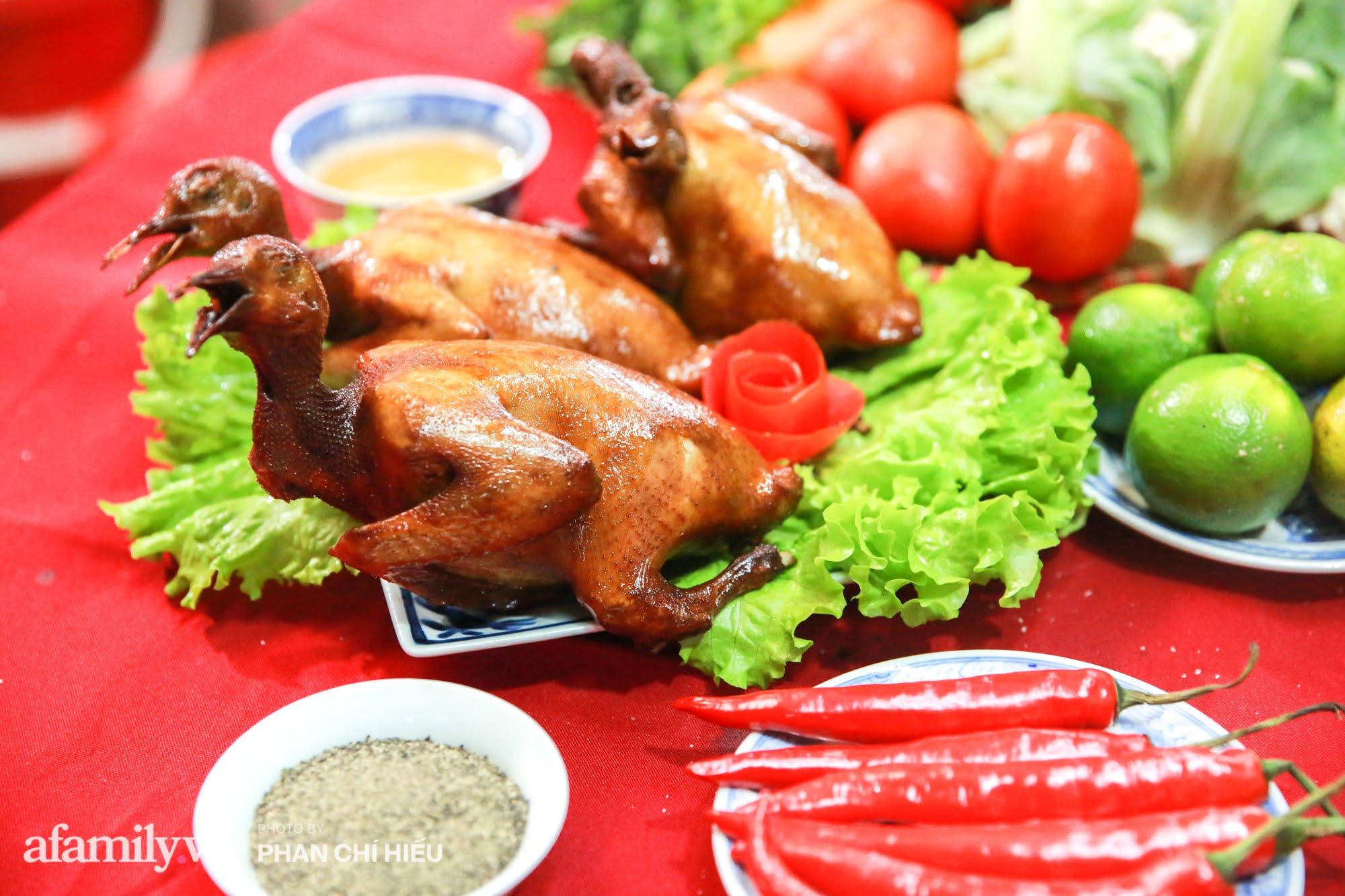 Món chim quay mỗi mùa Tết đều xuất đi hàng nghìn con của nghệ nhân ẩm thực nức tiếng phố cổ Hà Nội, bí quyết gói gọn trong cách chọn chim và làm sạch chứ không phải khâu tẩm ướp gia vị - Ảnh 3.